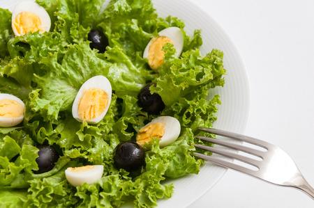 huevos codorniz: Ensalada con aceitunas negras y huevos de codorniz Foto de archivo