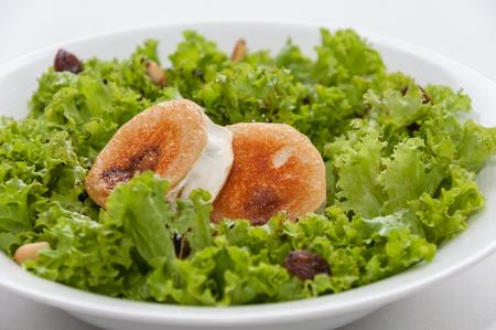pinoli: Lettuce salad, goat cheese, raisins and pine nuts