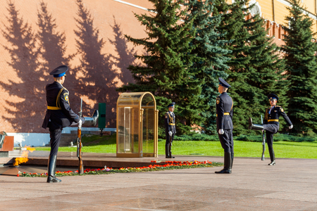 tomb of the unknown soldier: MOSCOW, RUSSIA - SEPTEMBER 02, 2016: Hourly change of the Presidential guard of Russia at the Tomb of Unknown soldier and Eternal flame in Alexander garden near Kremlin wall