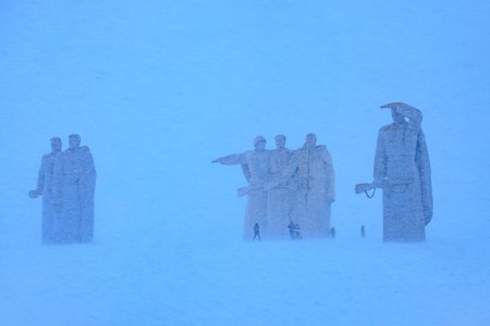 explocion: 28 panfilov heroes memorial near village Nelidovo, Volokolamsk district, Moscow region. Built in 1975 named after Panfilovs division act of bravery in WWII. Winter view in snowstorm. Foto de archivo