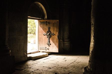 cruz cristiana: puerta con la cruz cristiana Editorial