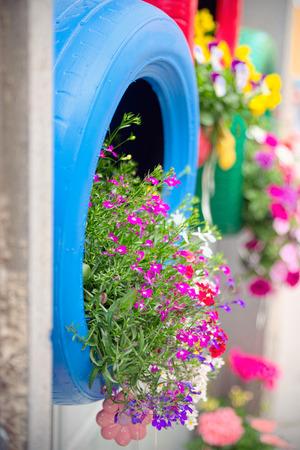 jardineras: M�todo ingenioso, original y ecol�gico de reciclaje de neum�ticos de coche como plantadores (detalle de la azul) Foto de archivo