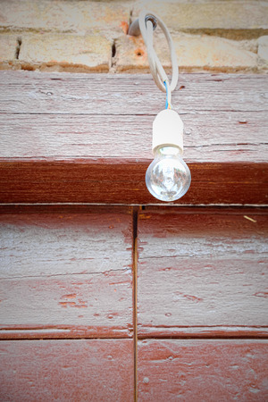 provisional: Bombilla provisional gobernada por s�lo un cable el�ctrico montado en una puerta