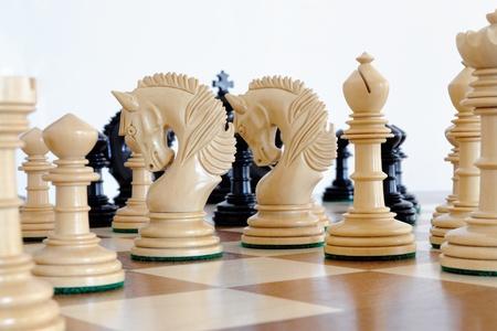 Pezzi degli scacchi su tavola di legno Archivio Fotografico