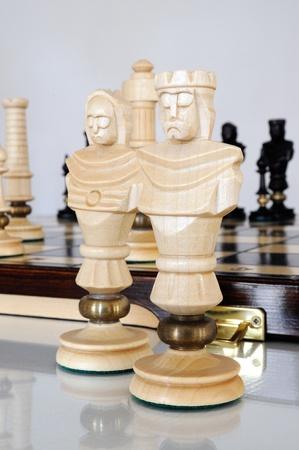 Pezzi degli scacchi su legno bordo