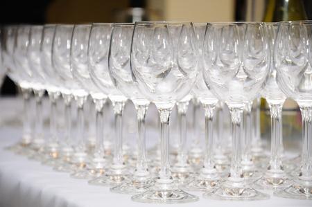 bicchieri vuoti pronti per un vino brindisi solenne Archivio Fotografico