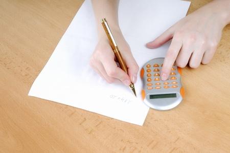 mano femmina, scrivendo su un foglio di carta