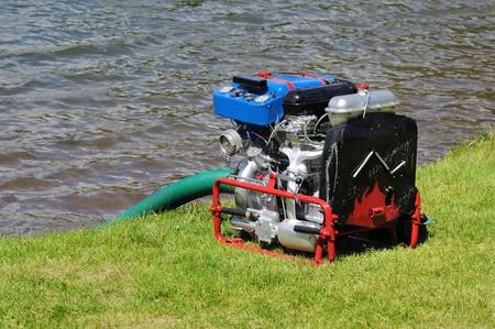 Mobile acqua pompa antincendio durante l'esercizio, che operano sulla benzina