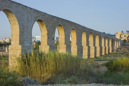 largo acueducto con arcos al atardecer en Larnaca, Chipre