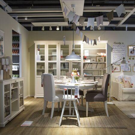 Moskou, Rusland - 10 mei 2018: Binnenaanzicht van eetkamer in Ikea Store. IKEA is 's werelds grootste meubelverkoper. Redactioneel