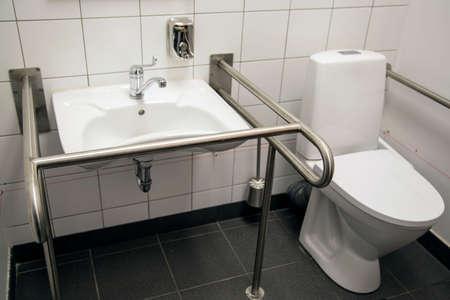 Badkamer met toegang voor gehandicapten met handgrepen en een toilet