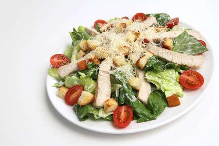 ensalada cesar: Ensalada Cesar de pollo en el fondo blanco Foto de archivo