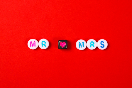 Mr and Mrs lettering on red background. Imagens