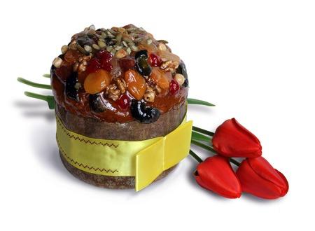 Torta di Pasqua con frutta e noci e tre tulipani rossi