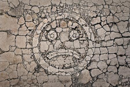 Smiley triste sul incrinato, secche a terra