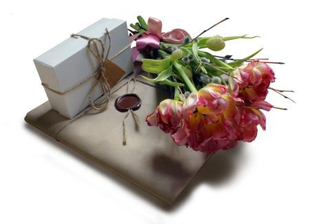 Bouquet di delicati tulipani rosa e scatole con regali