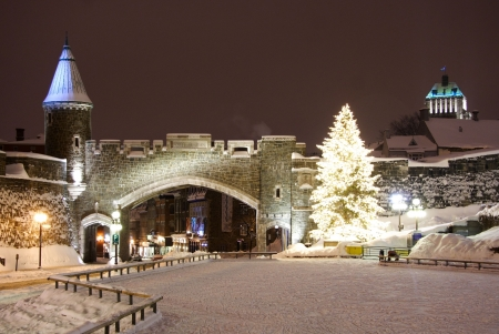 ケベック市のランドマーク。冬の古い要塞。ケベック市、カナダからの夜景。