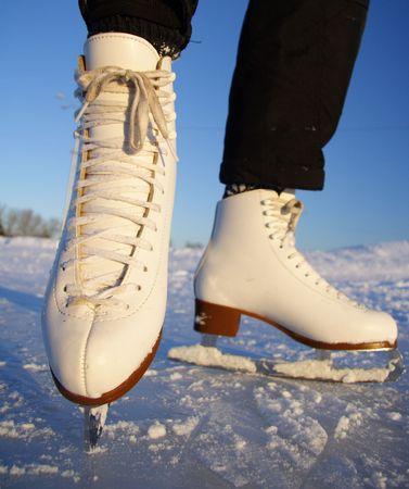 patinaje sobre hielo: Closeup de patinaje art�stico patines de hielo al aire libre en acci�n