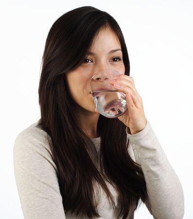 Schöne junge Frau Trinkwasser auf weißem Hintergrund Standard-Bild - 4441060