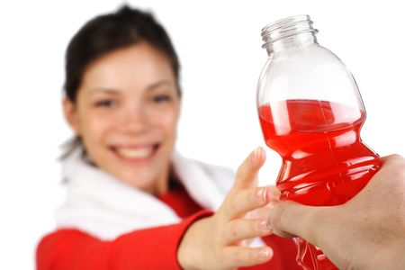 Fitness mujer después de una sesión de bebida energética. Aislado en blanco.