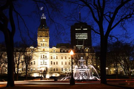 fontaine: Typical night scene from Quebec City: Quebec parliament building (H�tel du Parlement) and Fontaine de Tourny. Long exposure.