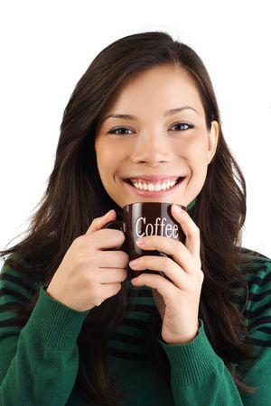 donna che beve il caff�: Smiling donna che beve il caff�. Isolato su bianco.