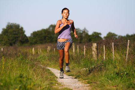 szlak: Piękny sportowy działa na kobiety wiejskie ścieżki. Blisko Randers, Jutlandii, w Danii. Lato.