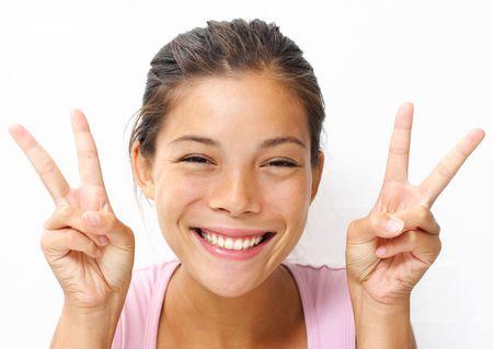 segno della pace: Cute giovane donna mostra la pace  segno una vittoria. Archivio Fotografico