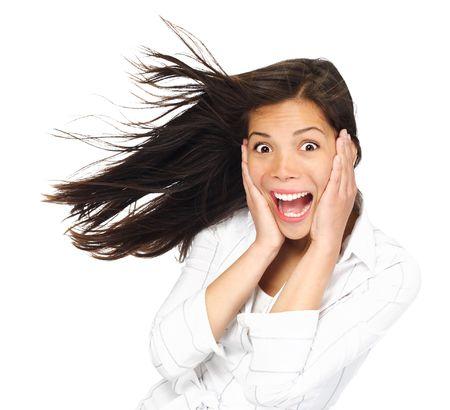 donna entusiasta: Molto eccitata woman holding essere sorpreso e guardando la fotocamera la sua testa. Modello indoeuropea  asiatico donna di razza mista. Isolato su sfondo bianco.