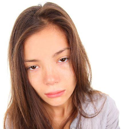 despertarse: Mujer cansado con los ojos vac�os y aburridos. Raza mixta modelo asi�tico  cauc�sicos aislado sobre fondo blanco.