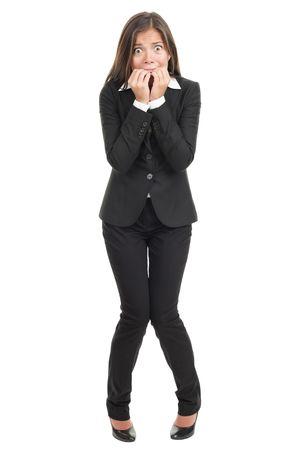 Nervös Angst haben Frau, die ihre Bolzen beißt. Funny asiatische Unternehmerin in voller Länge auf weißen Hintergrund isoliert. Gemischte caucasian / chinesische Modell. Standard-Bild