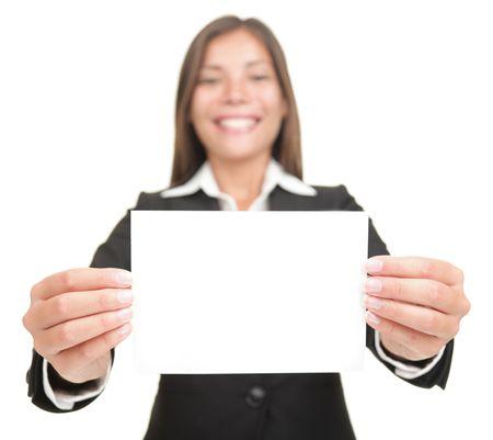 businesswoman suit: Empresaria sonriente mantiene signo vac�a en blanco. Excitado versi�n tambi�n disponible, mujer de negocios mixtos de Asia  cauc�sicos de chino de bello. Aislado sobre fondo blanco transparente. Foto de archivo