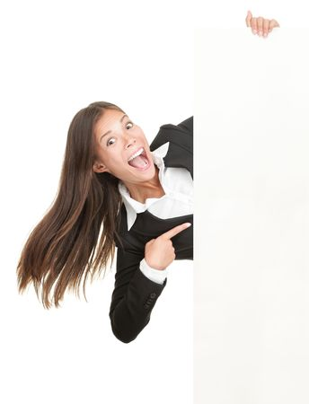 gente loca: Mujer excitada apuntando al signo. Empresaria gritando de alegr�a es celebraci�n de letrero de billboard en blanco y apuntando al espacio vac�o de la copia. Aislados sobre fondo blanco.