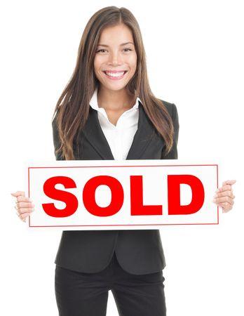 agente comercial: Agente de bienes ra�ces, mostrando vendi� signo. Aislado sobre fondo blanco. Mujer asi�tica  cauc�sicos mixta. Foto de archivo