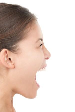 boca abierta: Gritando aislado retrato de mujer en perfil. Recorte sobre fondo blanco.  Foto de archivo