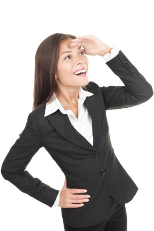 optimismo: Empresaria mirando adelante lejos feliz y sonriente con una mirada de optimismo y anticipaci�n. Mujer de negocios de j�venes de raza mixta chino-caucasianas de Asia en su veintena aislados sobre fondo blanco.