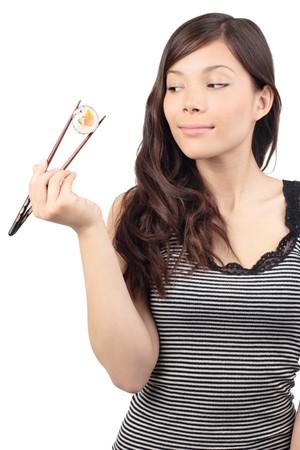 Sushi Woman holding Sushi with Chopsticks, zur Seite schauen. Isoliert auf weißem Hintergrund, asiatische / Person-Modell.