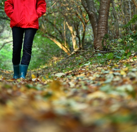 Autumn woman. Beautiful woman walking in the forest on a fall day. Zdjęcie Seryjne - 7400394