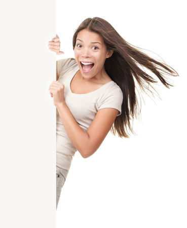 euphoric: Segno di Billboard. Divertente estatica giovane donna urlando gioiosa mentre mostrando copia spazio sul cartellone bianco vuoto segno. Bella cinese  white adulto giovane donna modello.