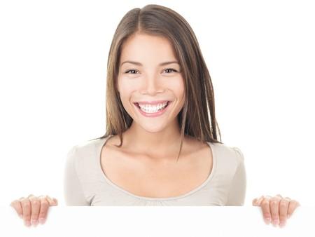 letreros: Mujer de signo de Billboard. Empresaria de pie detr�s de billboard blanco en blanco. J�venes los modelo femenino Asia  cauc�sico aislado sobre fondo blanco.