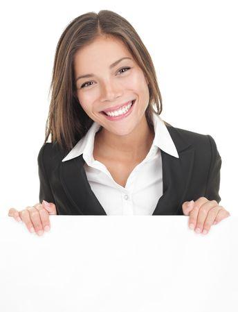 ビジネスの女性は、空白の看板を示します。アジアの busineeswoman スーツを着て白い背景で隔離のビルボードを提示します。若いアジアコーカサス地