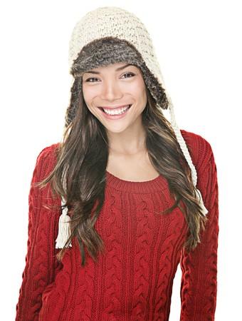 ropa invierno: Retrato de mujer de hermosa de invierno. Asia ni�a feliz posando con sombrero de su�ter y tricotar de invierno sobre fondo blanco.  Foto de archivo