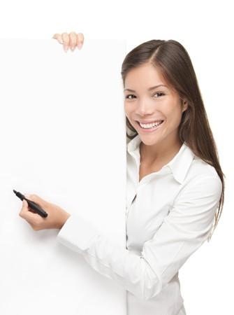 ragazza che indica: Segno di scrittura. Businesswoman mostrando segno di vuoto. Business concetto isolato su sfondo bianco