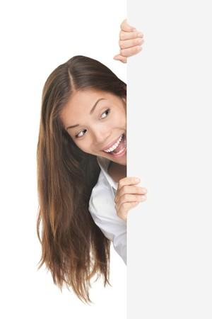 �tonnement: Signe vierge. Femme surpris regarde billboard blanc. Isol� sur fond blanc.