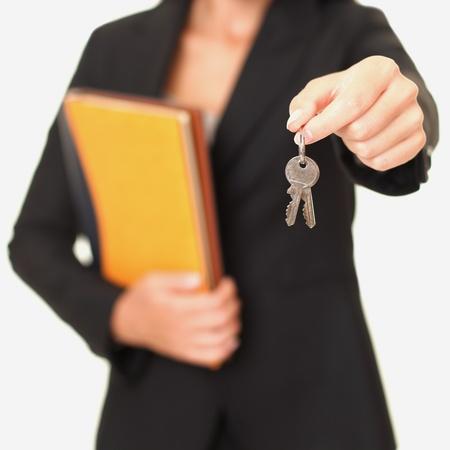 agente: Chiavi di casa. Agente immobiliare dando le chiavi di casa al nuovo proprietario di casa, messa a fuoco sui tasti. Isolato su sfondo bianco.