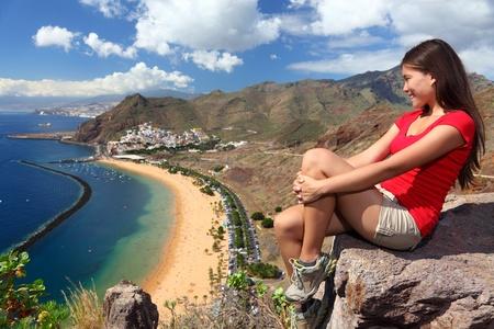 Teneryfa. Kobieta podróżnik turystyczne spojrzenie na plaży widoku. Playa de las Teresitas, Tenerife, Wyspy Kanaryjskie, Hiszpania.