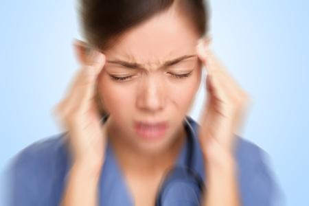 dolor de cabeza: Enfermera  doctor con dolor de cabeza de migra�a demasiado trabajo y destac�. Profesional del cuidado de salud.