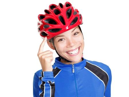 recordar: �Ciclismo mujer casco apuntando al casco de bicicleta? no olvides usar su casco de moto. Joven y bella China asi�tico  cauc�sica mujer aislada sobre fondo blanco.
