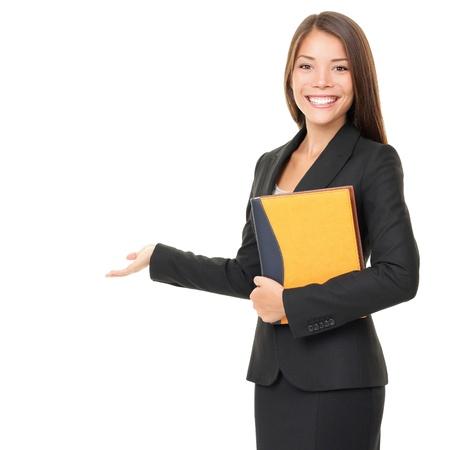 Vrouw onroerende goederenagent / makelaar weergegeven: open hand lege ruimte voor reclame tonen. Geïsoleerd op een witte achtergrond.