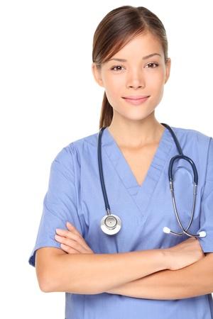 Persona medica: infermiera / giovane medico ritratto. Fiducioso donna giovane professionista medico isolato su sfondo bianco. Giovane piuttosto multirazziale asiatici / Caucasian modello femminile.